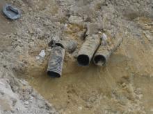 Upps - da war wohl ein Rohr Durchgebaggerte Leerrohre für die Versorgungsleitungen [25.05.2009] Erdarbeiten