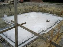 Die Kellerbodenplatte ist fertig Süd-Ost-Sicht [01.06.2009] Keller