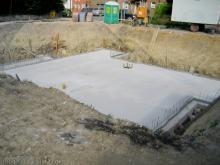 Die Kellerbodenplatte ist fertig Süd-West-Sicht [01.06.2009] Keller