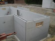 Die Kellerwände werden errichtet  [03.06.2009] Keller