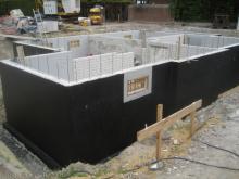 Wasserdichte Beschichtung der Kellerwände Kellerwanne mit schwarzem Dichtungsanstrich [05.06.2009] Keller