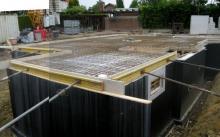 Die Verschalung für die Bodenplatte ist fertig Gesamte Kellerdecke (Fotomontage) [11.06.2009] Keller