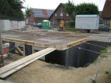 Die Verschalung für die Bodenplatte ist fertig Rückwärtige Ansicht [11.06.2009] Keller