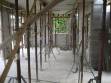 Die Fertigteile der Erdgeschossdecke liegen bereits Blick auf den Bereich der Essecke im Wohnzimmer [28.06.2009] Erdgeschoss