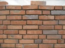 """Probemauer aus """"freihändig"""" gemauerten Vormauerziegel"""