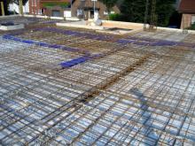 Rohrleitung (blau) für das Lüftungssystem in der Decke des Erdgeschosses