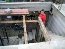 Der Erdgeschossrohbau ist fertig - die Betondecke wurde gegossen Mareike's ersten Schritte auf der Treppe [04.07.2009] Erdgeschoss