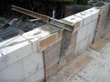 Stahlbewehrungen zwischen den Mauerstücken  [07.07.2009] Obergeschoss