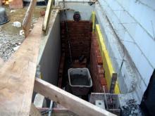 Die Maurerarbeiten beim Verblenden gehen in die zweite Runde Der Aussenzugang zum Keller wird ebenfalls verblendet [07.08.2009] Verblender