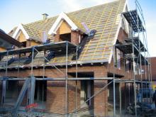 Die ersten Dachziegel liegen auf dem Dach  [03.09.2009] Dachstuhl