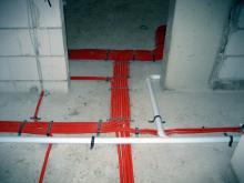 Ein wildes Geflecht aus Kabeln und Kunststoffleitungen  [18.09.2009] Installation