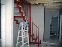 Das Stahlgerüst der Treppe zum Spitzboden steht  [08.10.2009] Treppen