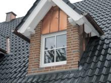 Die erste Dachgaube wurde verfugt  [08.10.2009] Verblender