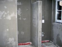 Das Badezimmer ist auch fertig verputzt Blick auf Dusche und WC [09.10.2009] Innenputz