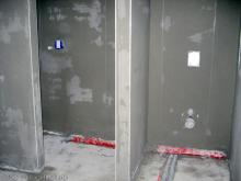Das Badezimmer ist auch fertig verputzt Blick auf Dusche und WC aus Richtung Badewanne [09.10.2009] Innenputz