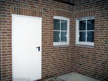 Nun geht das Verfugen zügig voran Garagenrückseite und Küchenfenster [16.10.2009] Verblender