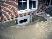 Die Löcher für die Lichtschächte wurden ausgehoben  [16.10.2009] Kellerschächte