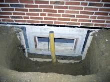 Die Lichtschächte können eingebaut werden Kellerfenster mit Ablauf für Regenwassen [20.10.2009] Kellerschächte