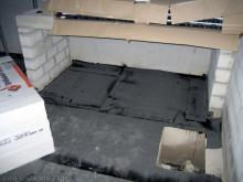 Die Estrichleger bereiten die Böden vor Teerpappe auf dem Kellerboden [20.10.2009] Fußboden