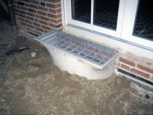 Nun sind die Lichtschächte eingebaut  [21.10.2009] Kellerschächte