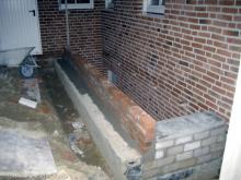 Die Kelleraußentreppe wird fertig gemauert  [21.10.2009] Keller