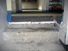 Erste Schritte auf dem frischen Estrich Schnittansicht des Fußboden im Obergeschoss: Betonboden, Dämmung und darauf der Estrich [25.10.2009] Fußboden