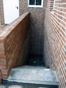 Die Mauer an der Außentreppe ist fertig gemauert  [27.10.2009] Keller