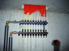 Bohrlöcher für die vertikalen Erdwärmesonden werden gebohrt Ventile für die Fussbodenheizung [09.11.2009] Heizung