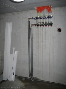 Die Heizungsanlage wird aufgestellt und angeschlossen Ventile für die Fußbodenheizung im Erdgeschoss [17.11.2009] Heizung