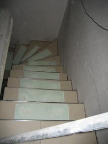 Bodenfliesen auf den Teppenabsätzen zum Keller  [30.11.2009] Fliesen