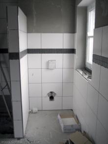 Schwarze Bordüren im Badezimmer WC [06.12.2009] Fliesen