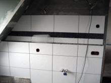 Schwarze Bordüren im Badezimmer Platz für das Waschbecken [06.12.2009] Fliesen