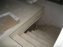 Der Fliesenleger legt die Fußbodenfliesen Treppe in den Keller [01.01.2010] Fliesen