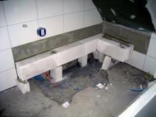Die Badewanne wurde angeliefert ...und der Platz an dem sie stehen soll. [10.01.2010] Sanitärtechnik